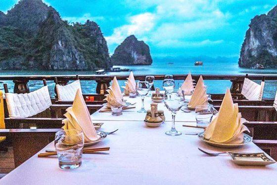 repas en plein air dans la baie d'Halong