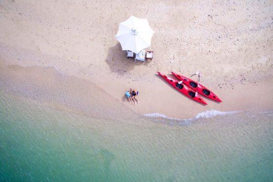 agence-voyage-locale-francophone-hanoi-plage dans la baie d'Halong